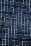 Вид спереди отражения неба и облака на современных стене и окнах стекла офисного здания в зоне предпринемательства города стоковое изображение rf