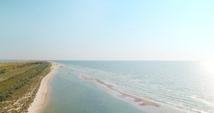 Вид с воздуха береговой линии пляжа Чёрного моря и мелкого банка около региона Kiliya, Украины видеоматериал
