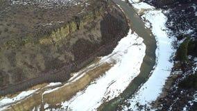 Вид с воздуха заводи Robbie в зиме с взглядом на окружающих горах сток-видео
