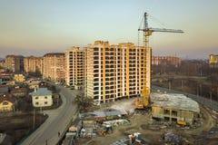 Вид с воздуха комплекса высокорослого жилого дома, незаконченного здания с лесами и крана башни на космосе экземпляра голубого не стоковое изображение rf