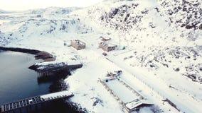 Вид с воздуха корабля двигая в Teriberka северную Россию во время зимы сток-видео
