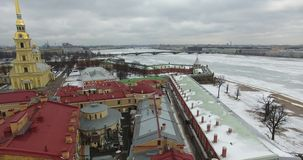вид с воздуха Летание вдоль реки Neva в холоде overcast зимы Мост над рекой Петербургом Высота птицы стоковое изображение