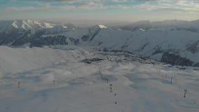 Вид с воздуха на лыжном курорте и подъем лыжи в горы зимы видеоматериал