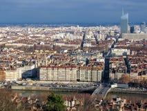 Вид с воздуха панорамы города широкой с ориентирами окруженными красными крышами и каминами, Лионом, Францией стоковая фотография