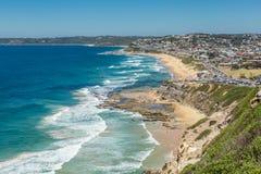Вид с воздуха пляжа Адвокатуры, Ньюкасл, NSW, Австралии, показывающ песчаный пляж, и прибой стоковое изображение