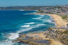 Вид с воздуха пляжа Адвокатуры, Ньюкасл, NSW, Австралии, показывающ песчаный пляж, и прибой стоковое изображение rf