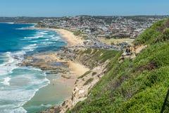 Вид с воздуха пляжа Адвокатуры, Ньюкасл, NSW, Австралии, показывающ песчаный пляж, и прибой стоковые изображения