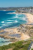 Вид с воздуха пляжа Адвокатуры, Ньюкасл, NSW, Австралии, показывающ песчаный пляж, и прибой стоковое фото