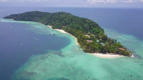 Вид с воздуха острова в острове Manukan, Малайзии видеоматериал