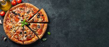 Вкусная пицца pepperoni с грибами и оливками стоковые фото