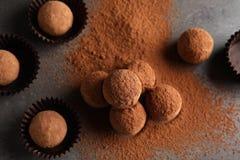 Вкусные трюфеля шоколада напудренные с какао на серой предпосылке стоковые изображения rf