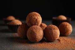 Вкусные трюфеля шоколада напудренные с какао стоковая фотография rf
