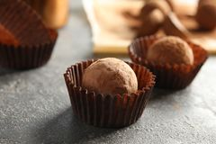Вкусные трюфеля шоколада на серой предпосылке стоковые изображения