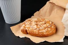 Вкусный торт с сахаром на сером бумажном мешке Бумажный стаканчик кофе и сладкой закуски стоковые изображения