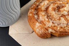Вкусный торт с сахаром на сером бумажном мешке Бумажный стаканчик кофе и сладкой закуски стоковое фото rf