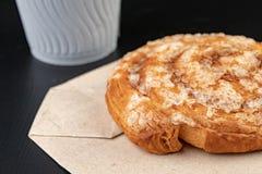 Вкусный торт с сахаром на сером бумажном мешке Бумажный стаканчик кофе и сладкой закуски стоковое фото