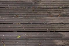 Влажный деревянный украшать после дождя с водой, листьями и хворостинами стоковое изображение