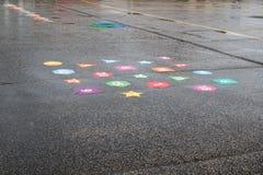 Влажный playtime Игры спортивной площадки школы дождливого дня Крытая игра стоковые фото