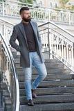 вниз лестницы Стильный случайный весенний сезон обмундирования Мужская одежда и мужская концепция моды Хипстер человека бородатый стоковое изображение