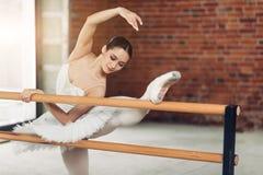 Внушительная привлекательная девушка практикуя классический балет экстенсивное обучение стоковое фото