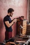Внушительный человек studing дефект обуви стоковые фото