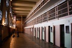 Внутри пустого блока ячеек Alcatraz стоковые фото