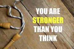 Вдохновляющие мотивационные цитаты вы более сильны чем вы думаете на деревянной предпосылке Концепция здоровья и фитнеса стоковое фото rf