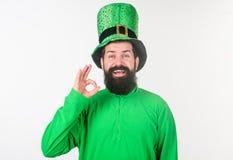 все хлынутся Ирландский человек с бородой в зеленом показывая жестами знаке ок святой patricks дня счастливое Бородатый человек п стоковое изображение