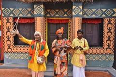 Встречайте сельские ремесленники за Kolkata's поражая Durga Puja Pandals стоковые изображения rf