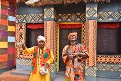 Встречайте сельские ремесленники за Kolkata's поражая Durga Puja Pandals стоковое фото