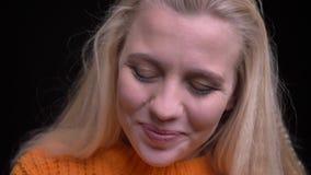 Всход крупного плана молодой привлекательной кавказской девушки со светлыми волосами быть прелестный и милый усмехаться пока смот видеоматериал