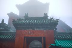 Вход к старому виску kungfu на стене горы стоковая фотография rf