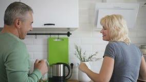 Выбытые танцы пар в современной кухне сток-видео