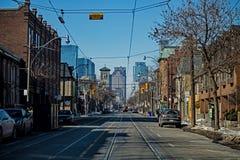 Выглядеть западный на Куин Стрит в Торонто стоковые фотографии rf