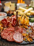 вылечено режущ сосиску мяса стоковое изображение