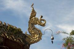 Высекаенный мистический шпиль крыши змея слона на muang wat ming стоковые изображения rf