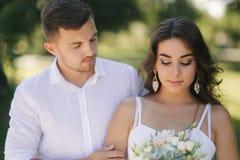 Выхольте и невеста в их дне свадьбы идя в парк Новобрачные тратят время совместно как раз поженено стоковые фотографии rf