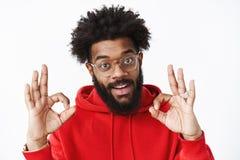 Вы делать большой Удовлетворенный и услаженный общительный Афро-американский бородатый человек в стеклах с афро носить стиля прич стоковые фотографии rf