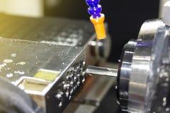 Высокая точность и особенные длинные сверло или глубокая яма делают процесс сверла оружия звонка для промышленных работ стоковая фотография
