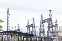Высоковольтная подстанция электричества с яркой предпосылкой неба стоковые изображения rf