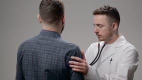 Врачуйте рассматривать его пациента в офисе на больнице акции видеоматериалы