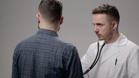 Врачуйте рассматривать его пациента в офисе на больнице видеоматериал