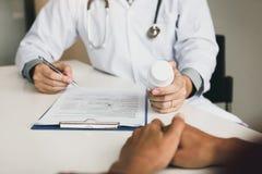 Врачуйте советовать с к пациенту и говорить о медицине стоковое изображение