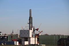Временный завод в городке чудовища где получившееся отказ старое поле природного газа будет закрыто постоянно для избежания рассл стоковые фото