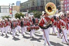 Военный оркестр средней школы Марк Keppel на параде Нового Года Лос-Анджелеса китайском стоковые изображения rf