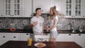 Возбужденные детеныши соединяют танцы в кухне акции видеоматериалы