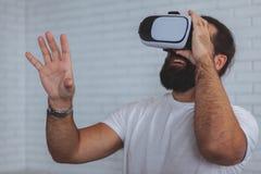 Возбужденный человек используя стекла VR стоковая фотография