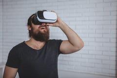 Возбужденный человек используя стекла VR стоковые фотографии rf