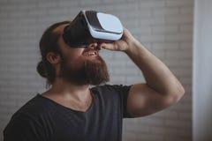 Возбужденный человек используя стекла VR стоковые фото