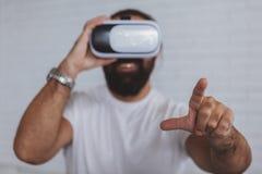 Возбужденный человек используя стекла VR стоковое изображение